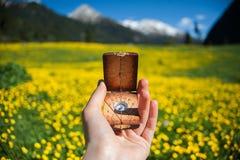 Boussole dans les mains d'un champ jaune Images stock