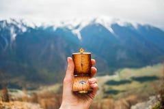 Boussole dans les mains sur le fond un dessus de montagne Photo libre de droits