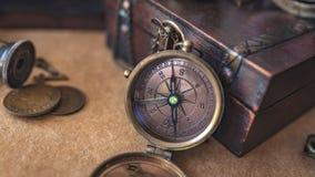Boussole de cru avec la boîte de trésor photos stock