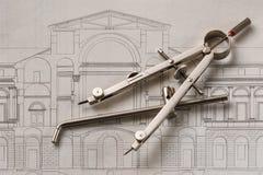 Boussole de dessin en acier sur une vieille gravure d'architecture Image libre de droits