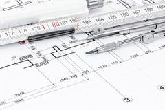 Boussole de dessin, règle de pliage, stylo sur le dessin architectural photos libres de droits