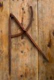 Boussole de dessin vieille dans l'outil rouillé de charpentier de fer Photos stock
