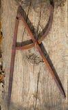 Boussole de dessin vieille dans l'outil rouillé de charpentier de fer Images stock