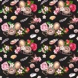 Boussole de vintage, fleurs, coquillages, plumes concept de course Aquarelle au fond noir photo libre de droits