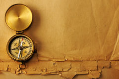 Boussole en laiton antique au-dessus de vieux fond photographie stock libre de droits