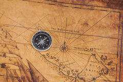 Boussole en laiton de style ancien sur la carte Image stock