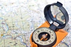 Boussole et carte - voyageurs d'amis Photographie stock