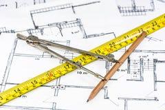 Boussole, règle et crayon se trouvant sur le modèle architectural photos stock