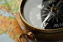 Boussole sur la carte Images stock