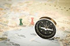 Boussole sur la carte du monde Images libres de droits