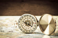 Boussole sur la carte du monde Images stock