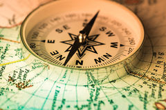 Boussole sur la carte du monde Photo stock