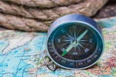 Boussole sur la carte du monde Image stock