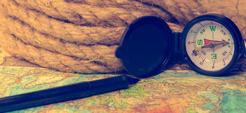 Boussole sur la carte du monde Photographie stock