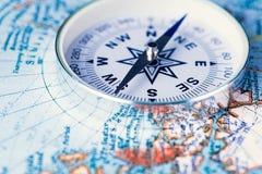 Boussole sur la carte du monde Photographie stock libre de droits
