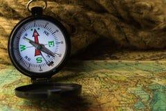 Boussole sur la carte du monde Photos stock