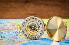 Boussole sur la carte du monde Photo libre de droits