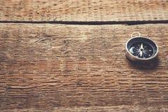 Boussole sur le fond en bois de table de vintage brun photo libre de droits