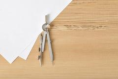 Boussole sur le livre blanc dans la vue supérieure avec l'espace de copie Photographie stock