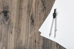 Boussole sur le livre blanc dans la vue supérieure avec l'espace de copie Photo stock