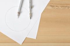 Boussole sur le livre blanc dans la vue supérieure avec l'espace de copie Photo libre de droits