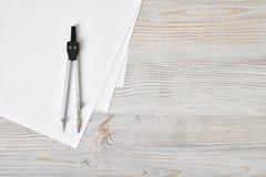 Boussole sur le livre blanc dans la vue supérieure avec l'espace de copie Images libres de droits