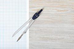Boussole sur le papier de graphique dans la vue supérieure avec l'espace de copie Photos libres de droits