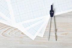 Boussole sur le papier de graphique dans la vue supérieure avec l'espace de copie Photo stock