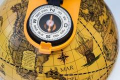 Boussole sur le vieux globe Photo libre de droits