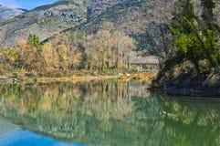 Bout droit de rivière avec des couleurs lumineuses un temps clair images libres de droits