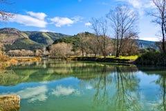 Bout droit de rivière avec des couleurs lumineuses un temps clair photographie stock libre de droits