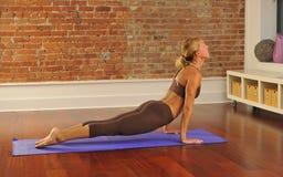 Bout droit de yoga à la maison image stock
