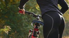 Bout sexy de femme sur une bicyclette - fin  image stock