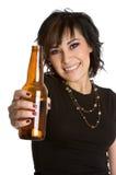 Bouteille à bière de fixation de fille images stock