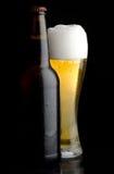 Bouteille à bière et glace de bière Images stock