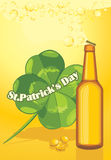 Bouteille à bière et lame de trèfle. Jour de St Patricks Photos libres de droits