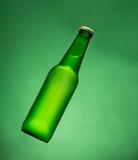 Bouteille à bière verte photographie stock libre de droits
