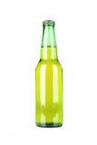 Bouteille à bière verte sur le blanc Image libre de droits