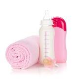 Bouteille à lait de chéri, pacificateur, shampooing et essuie-main images stock