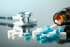 Bouteille avec des pilules images libres de droits