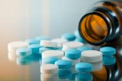 Bouteille avec des pilules photo stock