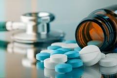 Bouteille avec des pilules images stock