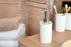 Bouteille avec du savon liquide sur la table dans la salle de bains photo libre de droits