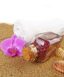 bouteille avec du sel de bain sur le fond de sable de plage Photo libre de droits