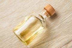 Bouteille avec l'huile essentielle Photo stock