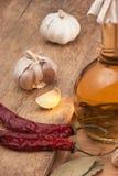Bouteille avec la marinade et les épices photos stock