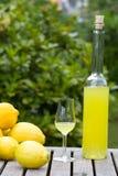 Bouteille avec le limoncello Photographie stock