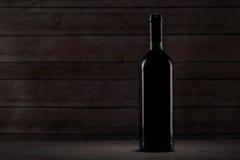 Bouteille avec le vin rouge sur la table Images libres de droits