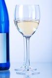 Bouteille bleue de vin blanc et de deux glaces de vin Photo libre de droits