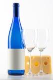 Bouteille bleue du vin blanc, de deux glaces de vin et de ch Images libres de droits